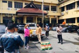 HIPMI Maluku salurkan bantuan bahan pokok masyarakat lewat Polda
