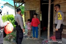 Polisi Bangka Barat bagikan bahan pokok kepada warga Tempilang