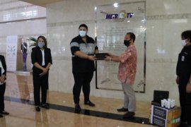 Ivan Gunawan wakili KOSMETIKATAMA SUPER INDAH serahkan 4.000 hand sanitizer ke Media Grup