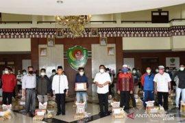 Puluhan petugas taman Pemkab Tapsel diberi paket sembako