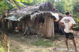 Sempat viral di medsos tukang roti tinggal di gubuk, Bupati Bogor kirimkan bantuan