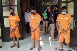 Ferdian Paleka diborgol sambil mengenakan baju tahanan