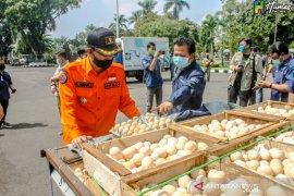 Pemkab Ciamis bagikan 2.200 butir telur ayam kepada warga