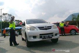 Petugas putar arah balik kendaraan pemudik tujuan Garut