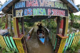 Warga gunakan perahu untuk menembus banjir luapan Sungai Batanghari
