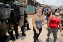 Tolak pemakaman COVID-19, warga bersenjatakan batu bentrok dengan polisi