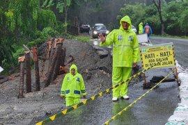 Masyarakat diimbau waspada lintasi Gunung Paro
