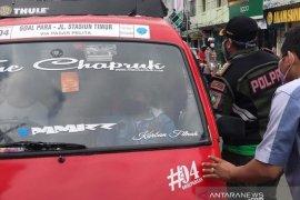 Sopir angkot di Sukabumi masih abai pembatasan penumpang saat penerapan PSBB