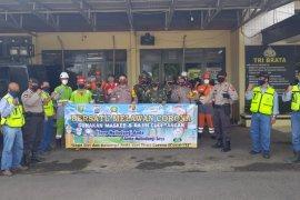 Pama - TNI/Polri bagi - bagi masker di kawasan pasar