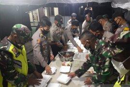 Dapur umum TNI-Polri bagikan ratusan bungkus nasi sahur