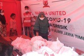 PWI-Madura United bagikan dua ton beras kepada warga terdampak COVID-19