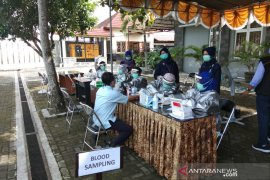 240 pedagang Pasar Mardika di Kota Ambon jalani tes cepat COVID-19