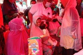 Istri PLT Gubernur serahkan bantuan perlengkapan bayi untuk pengungsi
