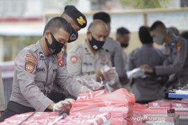 Brimob Gorontalo beri bantuan makanan buka puasa di Bone Bolango