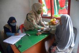 Pemeriksaan kesehatan pengungsi banjir