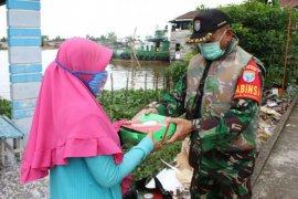 Kodam XII/Tpr bagikan nasi kotak kepada warga di tepian Sungai Kapuas
