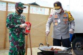 Foto - Kapolda Gorontalo-Dandim 1304 buka dapur umum untuk warga