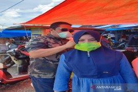 Pasar bertambah ramai, Pemkab Tapsel bagikan masker antisipasi COVID-19