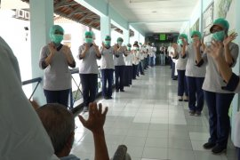 Tenaga medis RS PHC Surabaya lepas kepulangan enam pasien sembuh dari COVID-19