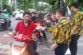 Ratusan pengendara motor di Kota Surabaya dapat takjil gratis AMPG