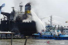 Kebakaran kapal tanker jebak puluhan pekerja