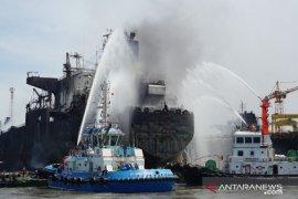 Puluhan pekerja terjebak di kapal tanker terbakar di Pelabuhan Belawan, petugas masih lakukan evakuasi