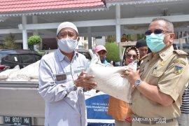 DSLNG sumbang 2,5 ton beras untuk warga terdampak COVID-19 Page 1 Small