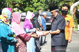 Bupati Banjar serahkan BST dari Kemensos