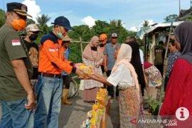 Wakil Bupati Hulu Sungai Tengah memberikan bantuan korban kebakaran