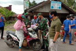 Jurnalis dan Provos TNI bagikan takjil di Putussibau Selatan