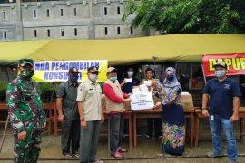 SBA berbagi takjil di posko korban banjir Garot Aceh Besar