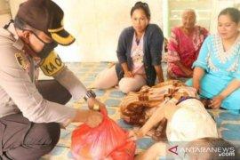 Polisi Penajam bagikan sembako  di tengah wabah corona