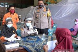 Polisi  Situbondo bantu jajaran Pos Indonesia  penyaluran Bansos Tunai Kemensos (Video)