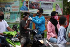Humpro-media dan KNPI bagi masker gratis