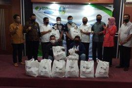 Peringati May Day, BPJamsostek Kanwil Jatim serahkan 1.000 paket sembako kepada pekerja