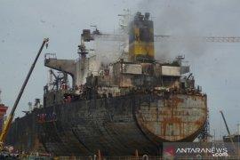 Hari kedua terbakarnya kapal tanker di Belawan, proses pemadaman masih berlangsung