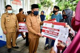 Walkot Banda Aceh serahkan bantuan tunai Rp600 ribu bagi 5.385 KPM