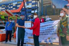 IKA ITS Jatim bagikan sembako kepada pengemudi angkutan umum di Surabaya