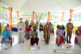 2.000 warga Pohuwato terima bantuan pangan bersubsidi dari Pemprov Gorontalo