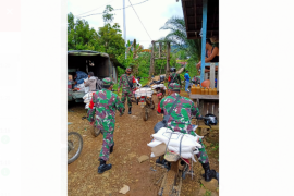 Komunitas Trail Kodim Putussibau distribusikan beras ke pelosok Kalbar