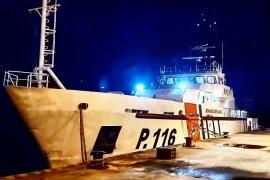 Kapal KPLP menyelamatkan tiga nelayan dari kapal tenggelam