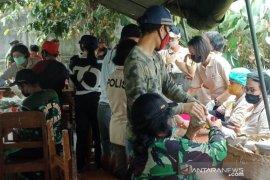 Kodim dan Polres Bangli bagikan makanan kepada warga  Serokadan