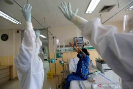 Selama tiga bulan para tenaga medis COVID-19 tak pulang