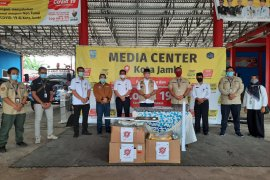 Bandara Jambi salurkan bantuan APD level III