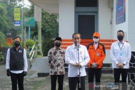 Wali Kota Bogor dampingi Presiden tinjau penyerahan bansos tunai di Kantor Pos Bogor