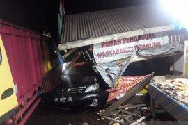 Diduga rem blong, truk tabrak jembatan dan seruduk empat sepeda motor tewaskan seorang sopir
