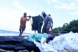 Nelayan Terganggu Sampah