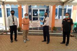 Bank Kalsel bagikan ribuan masker perangi COVID-19