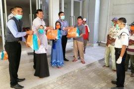 BNI Lumajang bagikan 300 paket sembako kepada warga terdampak COVID-19
