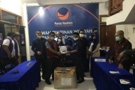 NasDem Aceh Bagikan 28 Ribu Masker dan APD tenaga medis